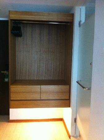 Ipoh French Hotel: Open Cabinet