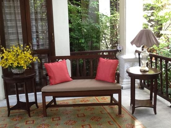 Puripunn Baby Grand Boutique Hotel: entrance veranda. fresh flowers every day