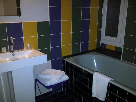 La Bastide de Cabries : Salle de bain... ton Provence!