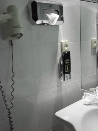 Savoy Hotel Frankfurt: Secador, jabón, pila, ...