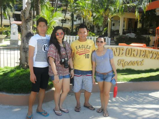 Sea Jewel Beach Resort: Along the Beach Sidewalk - Jessie, Tinay, Jojo and myself