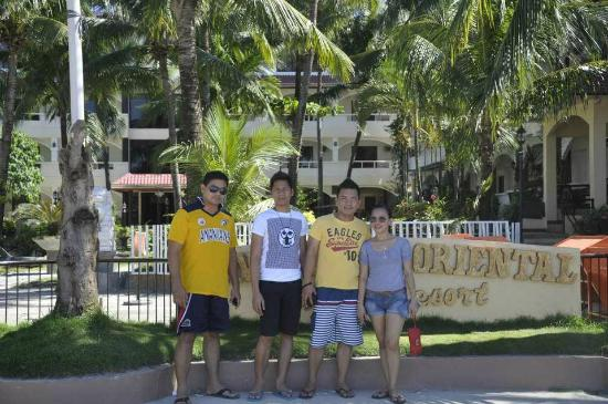 Sea Jewel Beach Resort: Along the Beach Sidewalk - Raul, Jessie, Jojo and myself