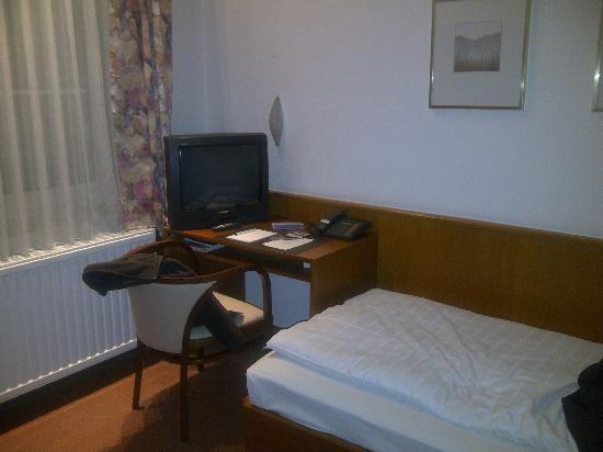 "Regent Hotel: Chambre 83 : coin ""bureau"""
