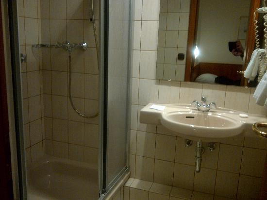 Regent Hotel: chambre 83 : salle de bain.