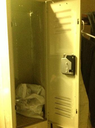 "New York Inn: Armadio stile ""stabilimento balneare"""