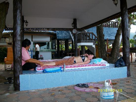 บลูอันดามัน ลันตา รีสอร์ท: Duktiga massage-damer