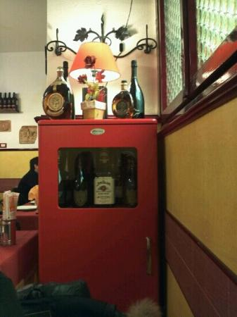 Trattoria Angolo De' Trastevere : simpatica vetrinetta porta alcolici