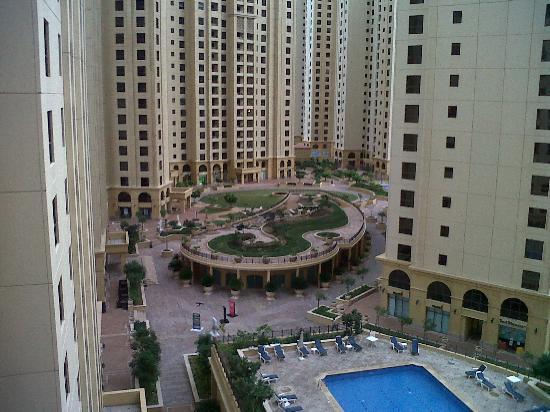 Movenpick Hotel Jumeirah Beach: Park beside hotel