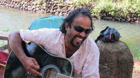 Dwarka Eco Beach Resort: The owners, Clemente is a great singer