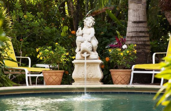 La Casa Hotel: Fountain at Pool