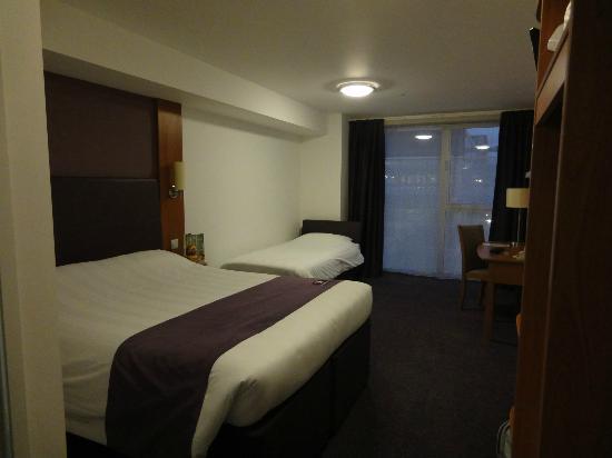 Premier Inn London Stratford Hotel: Large twin room.