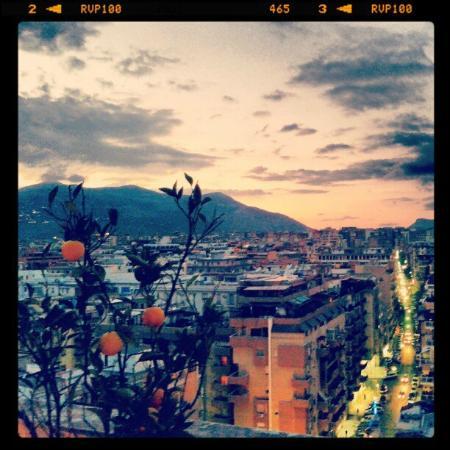 Attic 12 B&B: Vista mozzafiato dalla terrazza: Palermo al tramonto