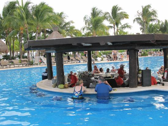 Mayan Palace Riviera Maya: Pool Bar Happy Hour between 11-1 ONLY :(