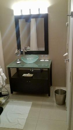 Hotel l'Eau a la Bouche: Renovated bathroom