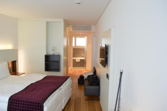 Bergheim 41 Hotel im Alten Hallenbad : bathroom through bedroom