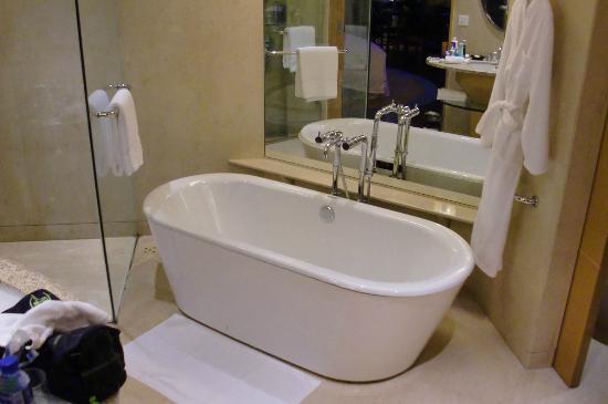 The Yuluxe Sheshan, a Tribute Portfolio Hotel, Shanghai: Bathtub
