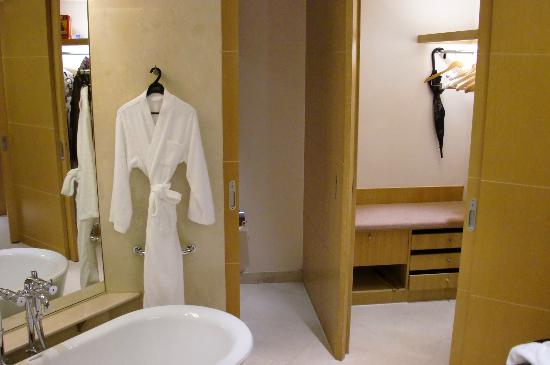 The Yuluxe Sheshan, a Tribute Portfolio Hotel, Shanghai: Walk in closet