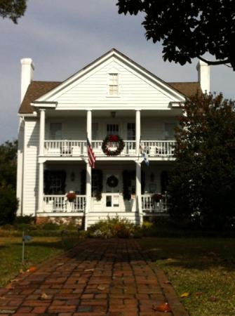 The Cedars Inn & Restaurant: decorated for the holidays 2012