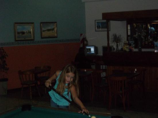 Hotel Playa: Delfi en el pool mientras su madre en Internet