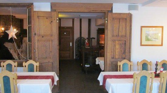 """Hotel Restaurant """"Weinstuben Hieronimi"""": Zicht op één van de vele zaaltjes"""