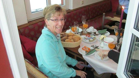 """Hotel Restaurant """"Weinstuben Hieronimi"""": Het ontbijt in één van de zaaltjes"""