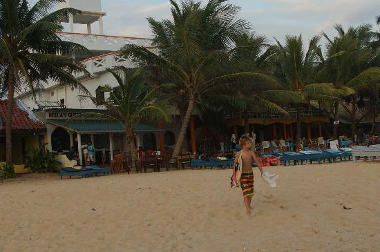 Neela's Guesthouse & Beach Restaurant: Direct sur les spots: Main Reef, beach breack,...