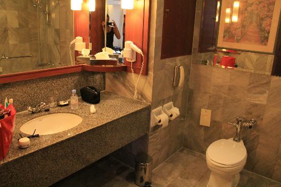 Rembrandt Hotel Bangkok: Très jolie salle de bains