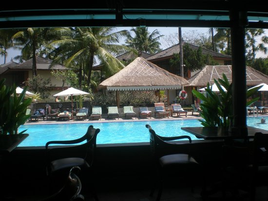 The Jayakarta Bali Beach Resort: View of the pool from the dinning area