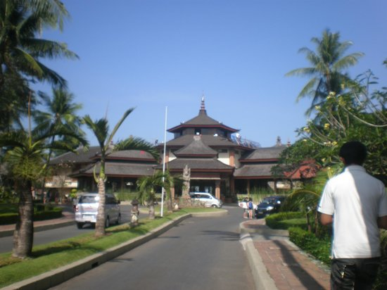 The Jayakarta Bali Beach Resort: The walk to the main lobby
