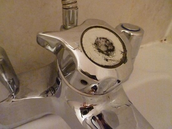 ‪ذا كاسل فيلد هوتل: bathroom appliences have seen better days