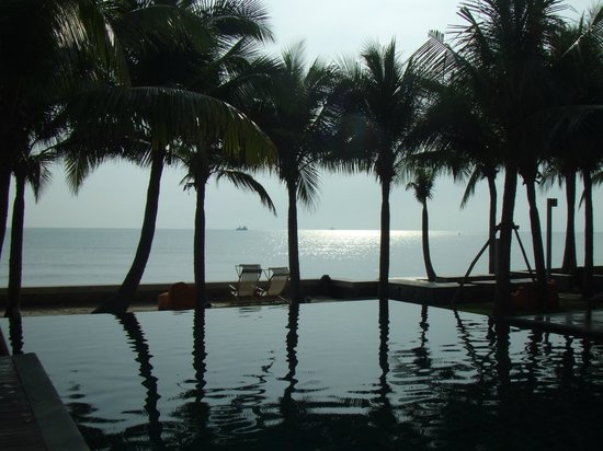 Rest Detail Hotel Hua Hin: Early morning view of the pool and gulf.