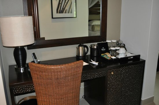 Kempinski Seychelles Resort: desk and beverage area