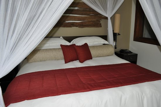 Kempinski Seychelles Resort: Canopy bed