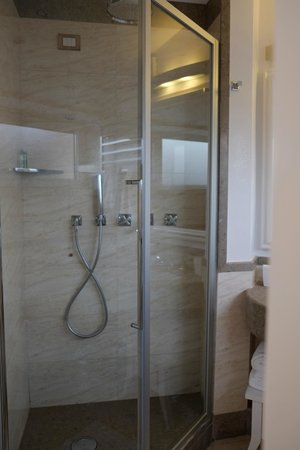 UNA Maison Milano: Shower