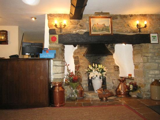 Mill House Hotel: fireplace near reception
