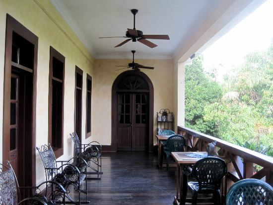 Mahogany Hall Boutique Resort: second floor veranda
