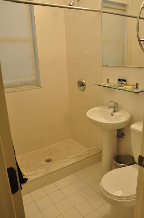 Ocean Reef Suites: Bathroom
