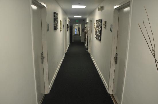 Ocean Reef Suites: Corridor