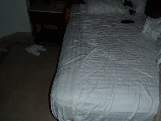 Heaven at the Hard Rock Hotel Riviera Maya: another view of the bed without proper bottom sheet