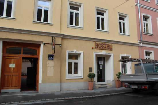 Hostel Ruthensteiner: A view from the street (The Hostel is located on both sides of the street)