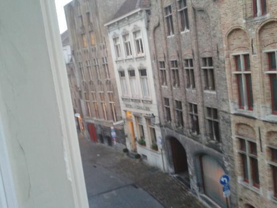 ‪‪Hans Memling Hotel‬: Noisy Bars from our window.