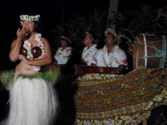 Paradise Cove Lodges: Island night dancer