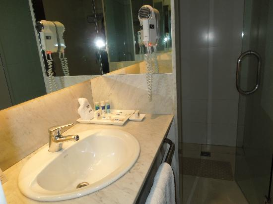 Hotel Tryp Buenos Aires: Baño