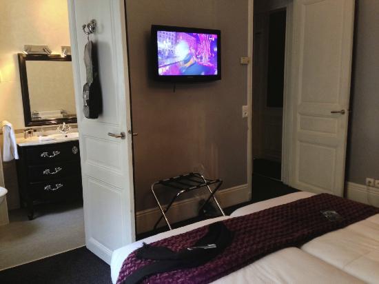 Hotel Claridge: écran plat, wifi, et portes capitonnées