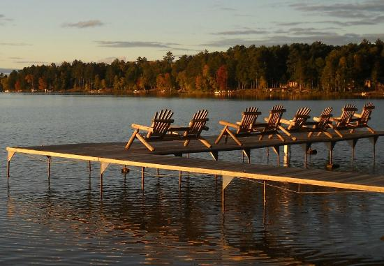 Cedaroma Lodge: Fish, swim or boat right off the 5 guest docks