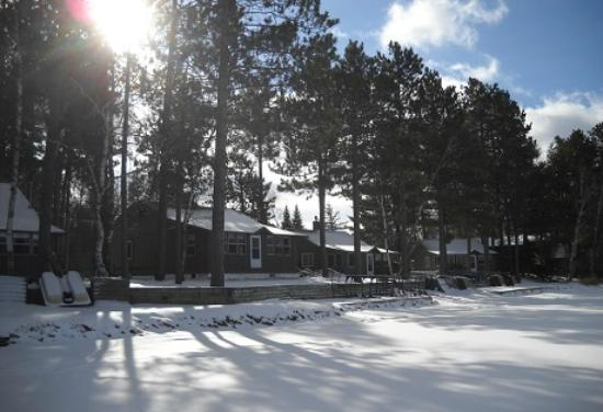 Cedaroma Lodge: Guest enjoy immediate access to the lake, snowmobile trails and ice fishing