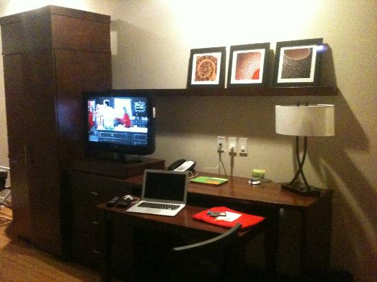 Courtyard by Marriott Mexico City Airport: ÁREA DE ESCRITORIO Y PANTALLA EN LA HABITACIÓN