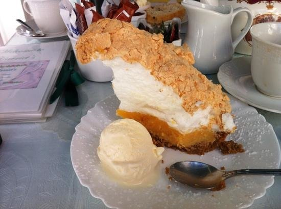 Harriet's Tea Room and Restaurant: the lovely homemade lemon meringue which is delicious