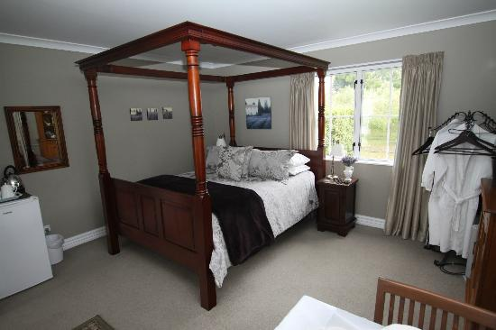 Hillsfield House Bed and Breakfast Marlborough: lovely bed