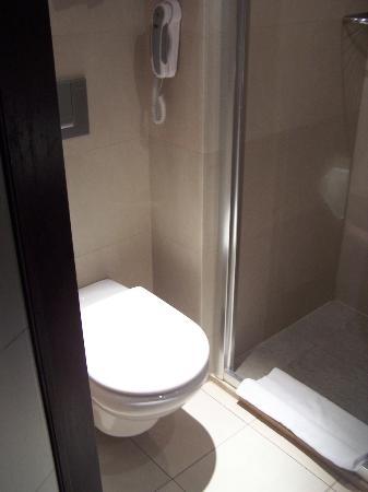 NH Brussels City Centre: baño estrecho